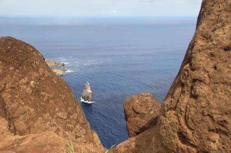 A l'arrière, l'ile de Moto Nui, en premier plan des pétroglyphes de l'homme-oiseau
