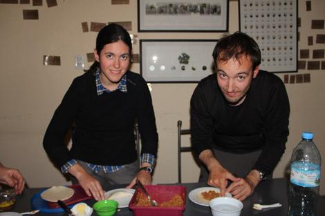 Elodie et Fabien cuisinant des empanadas