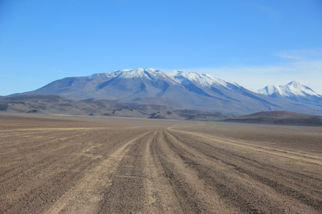 route désertique et montagne