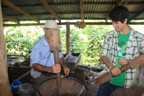 Technique de pilon pour détacher la coquille de la graine de café. C'est long...