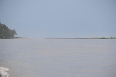 Devant, le canal, au loin la mer, avec ses rouleaux…