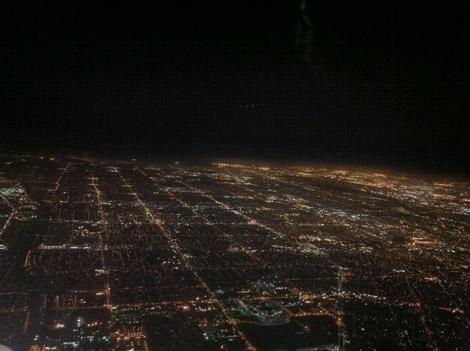 Los Angeles vu d'avion la nuit. Au fond, l'océan!