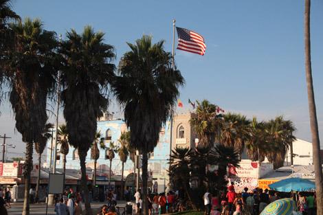 La plage, son drapeau, ses palmiers, ses commerces…
