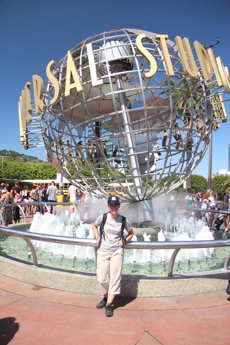 Elodie devant l'entrée d'Universal studios