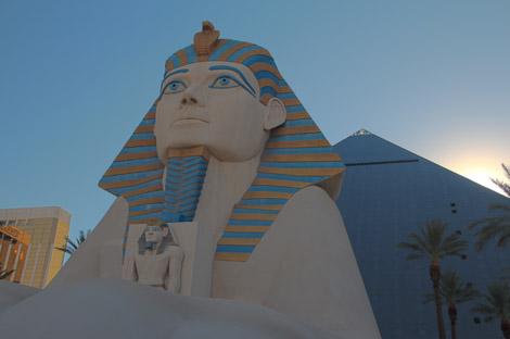 Le Luxor, de l'extérieur