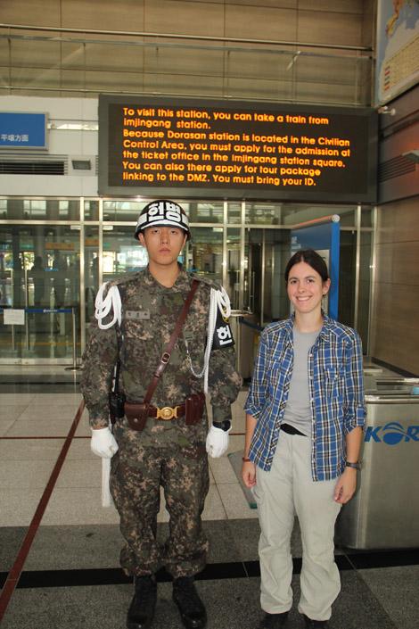 Élodie et un soldat Sud-Coréen