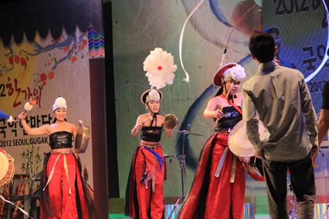 …et des danses traditionnelles en même temps
