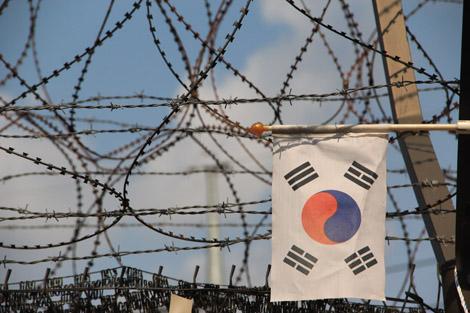 Barbelés et drapeau coréen