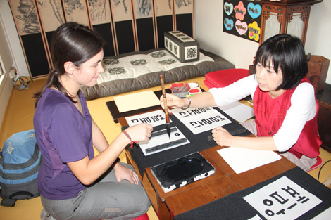 Elodie qui apprend à écrire son nom!