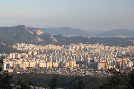 Une vue sur Séoul depuis ses montagnes