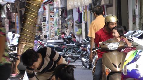 Enfant sur le scooter avec papa