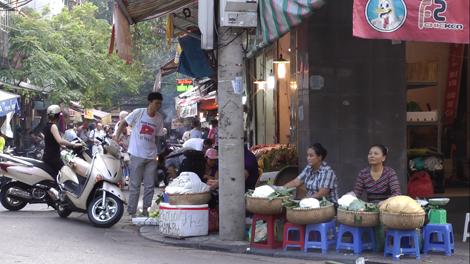 Femme vietnamienne vendant des nouilles de riz