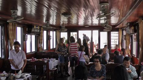Dans le bateau-restaurant