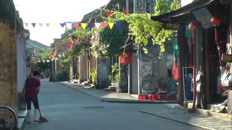 Rue tranquille de la vieille ville de Hoi An