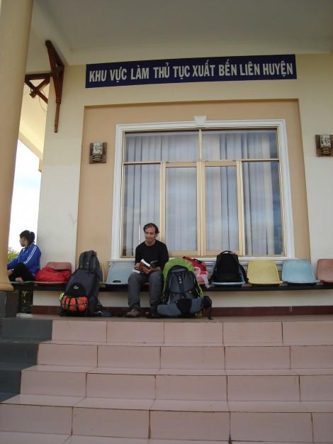 A la gare de Pleiku (vous découvrirez que la méthode de placement des photos est surtout ici pour boucher les trous et vous permettre de respirer!)