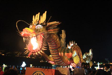 Un faux dragon cracheur de vrai feu