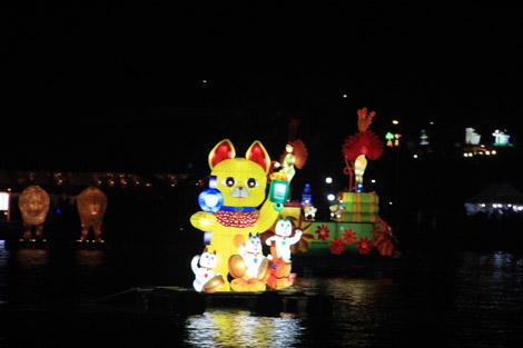 … la Chine avec ses chats porte-bonheur…