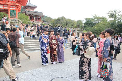 Femmes japonaises en kimono dans la rue