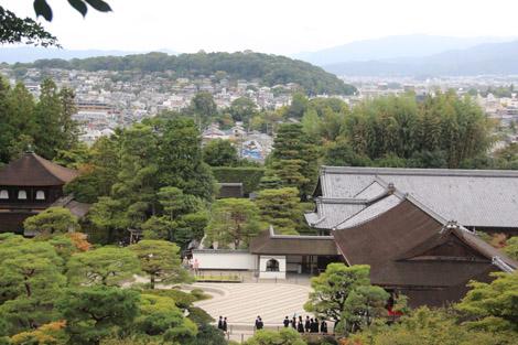 Pavillons bien cachés dans la forêt aux abords de Kyoto la ville moderne