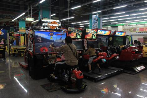 Une immense salle d'arcade…