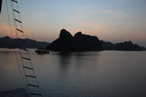 Coucher de soleil sur la baie d'Halong 2