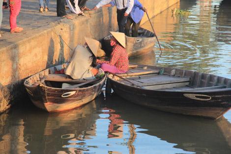 Des petits bateaux sur la rivière de Hoi An