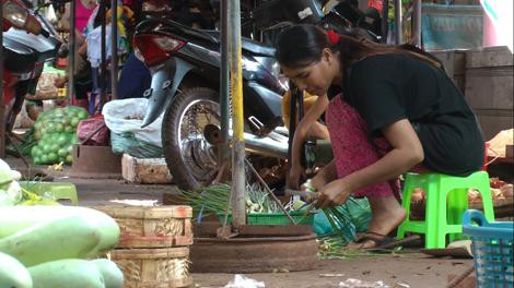 Jeune cambodgienne au marché