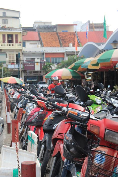 """Une armée de scooters prêts à accueillir autant d'extentions """"tuk-tuk"""""""