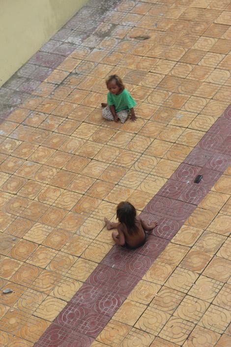 Des enfants jouent souvent dans les temples