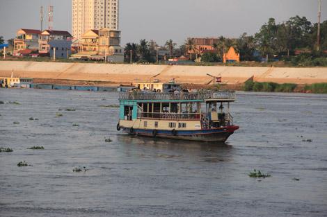 Le soir venu, des embarcations qu'on croiraient recyclées de la baie d'Halong viennent sur le fleuve pour admirer le coucher de soleil
