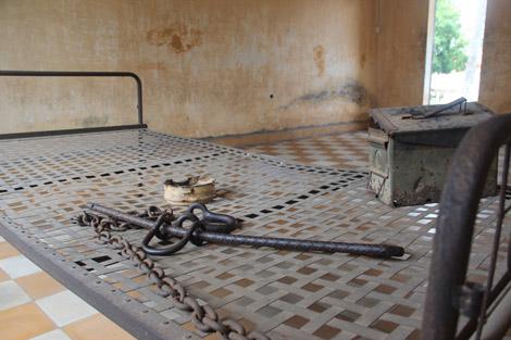 """Une des salles pour les """"invités spéciaux"""". Le lit est un de ceux sur lesquels on a retrouvé attaché une victime."""