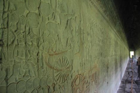 bas reliefs représentant des batailles mythologiques