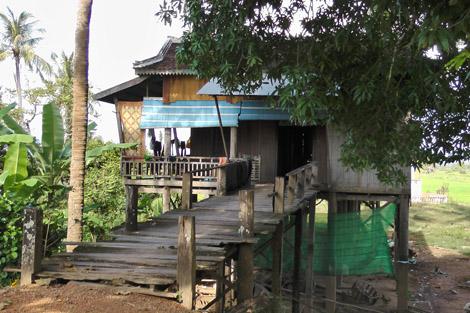 Maison sur pilotis au bord du Mékong
