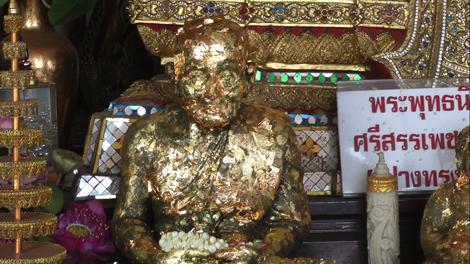 Feuilles d'or posées sur les reliques