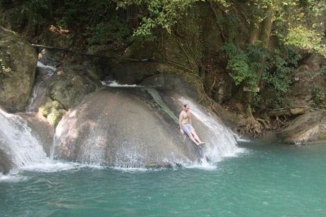 Fabien se jette sur le toboggan naturel en pierre !