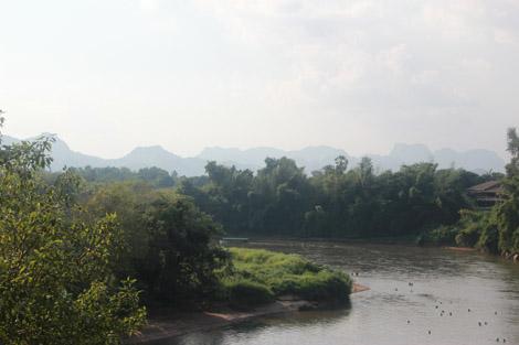 Rivière Kwai et montagnes birmanes au loin...