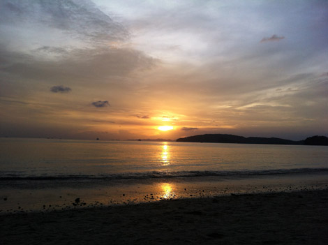 Notre premier coucher de soleil sur une plage Thaïlandaise