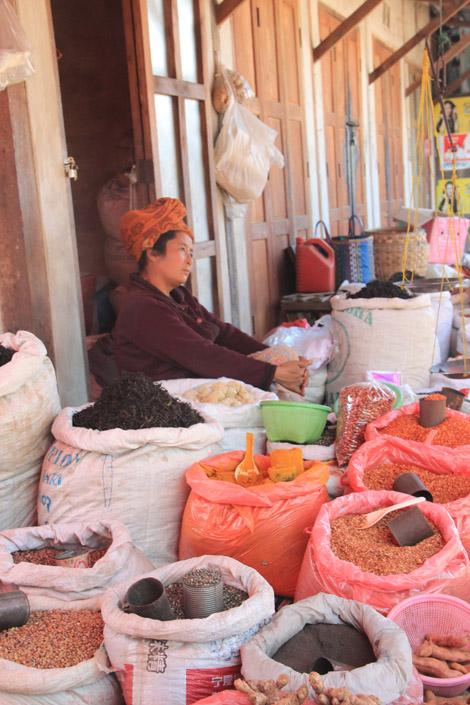 Une des nombreuses vendeuses de légumes secs…