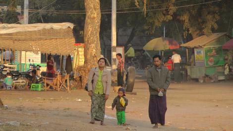Famille birmane sur la place principale de Nyaung U