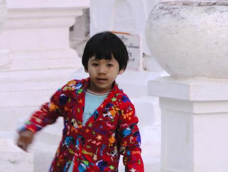 Petite fille birmane au pied d'une paya