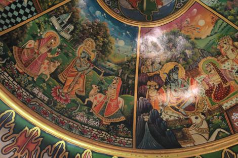 Les frèsques au plafond sont très colorées et reprennent des épisodes de la vie des dieux…