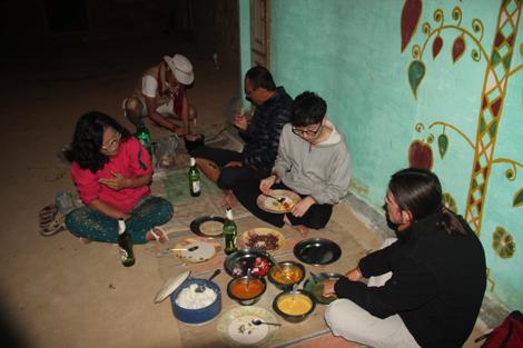 Repas Coréen en plein désert Indien