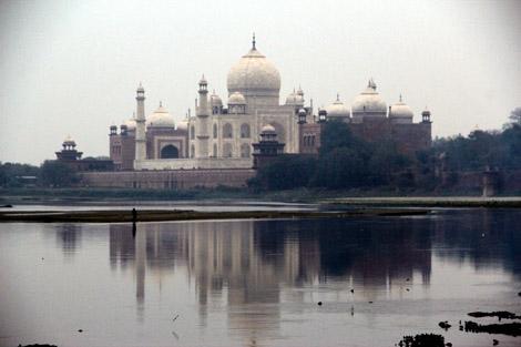 Le Taj Mahal vu depuis le bas du fort d'Agra
