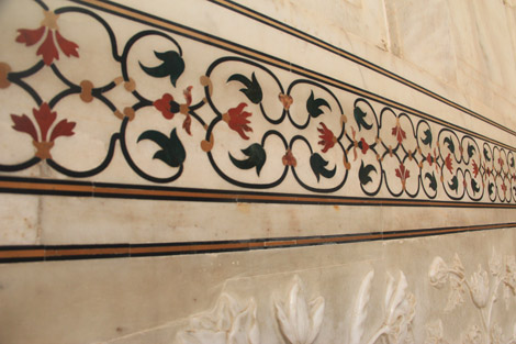 Frise sculptée et incrustée dans le marbre blanc du bâtiment