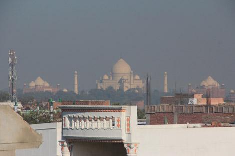 Le Taj entouré de ses mosquées