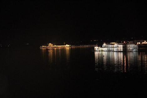Lac et palais, de nuit