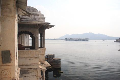 Au fond, le Lake Palace