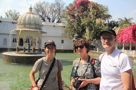 Voyageurs près des fontaines