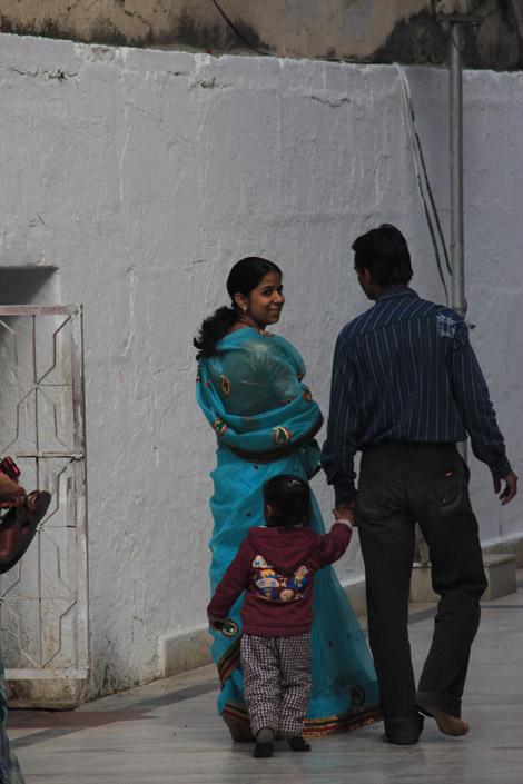 Femme en sari au temple