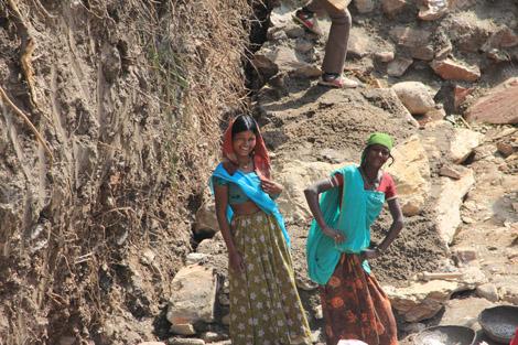 Des ouvrières sur un chantier de consolidation de rives